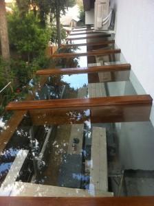copertina sticla pe structura de lemn