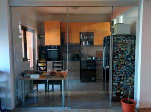 inchidere bucatarie cu usa glisanta din sticla.